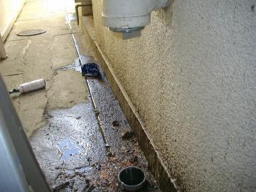 配管から漏水が発生